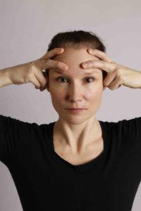 Har du stresspenninger i kjeven? Blir det mange timer foran skjermen? Vi har mer enn 50 ulike muskler i ansiktet. Ansiktsyoga bygger på ideen om at ansiktets muskulatur og bindevev kan respondere på trening og avspenning på samme måte som kroppen for øvrig.