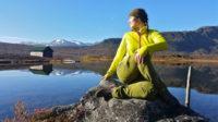 I Villmarksyoga er naturen en aktiv yogapartner;  sommer som vinter, ved sjøen, i marka eller på høyfjellet. Landskapsformasjoner kan støtte eller utfordre balansen, et tre gi motstand i styrketrening, ei snøfonn assistere ved uttøying.. Vi inkluderer også syns- og sanseinntrykk i yogapraksisen.