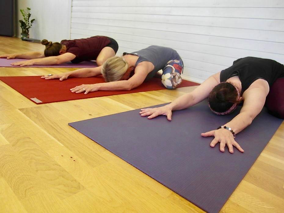 En rolig yogaform bygget rundt prinsipper fra taoistisk filosofi og kinesisk medisin. Ved hjelp av pusten og kroppens egen tyngde tøyes og strekkes dypereliggende muskler og bindevev. Dette er strukturer vi ikke får så lett kontakt med gjennom annen, mer aktiv trening eller yoga.  Forskning viser at mange smertelidelser og diffuse plager kan være knyttet til stivhet og ubalanse i nettopp bindevevet.